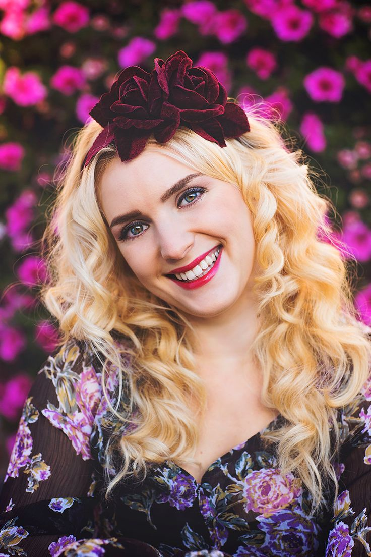 Portrait photoshoot / photography / make up / bright colors / accessories / curly hair / flowers / flower dress / autumn / blond hair / blue eyes / velvet rose