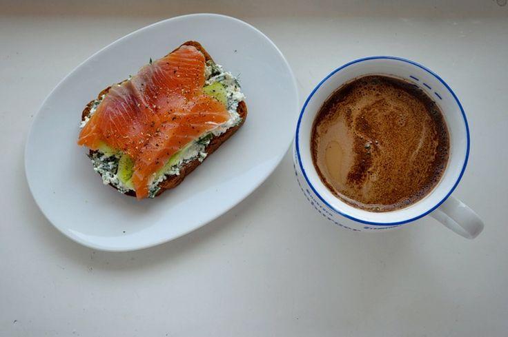 Хлеб зерновой, творог с зеленью и сметаной, огурец и форель. Не забыть молотый перец)