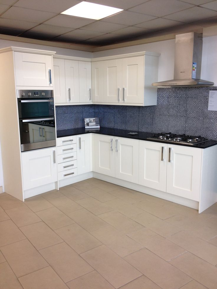 STUDIO York Ivory Kitchen with Hotpoint Appliances at our Exeter Showroom, with a tiled mosaic splashback www.jewsonkitchens.co.uk/showrooms/exeter