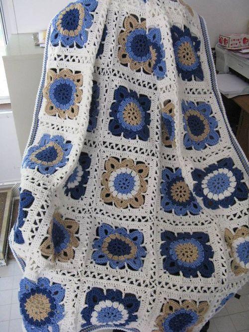 Bonita manta veraniega en azules, camel y beige by Margie Lucus.