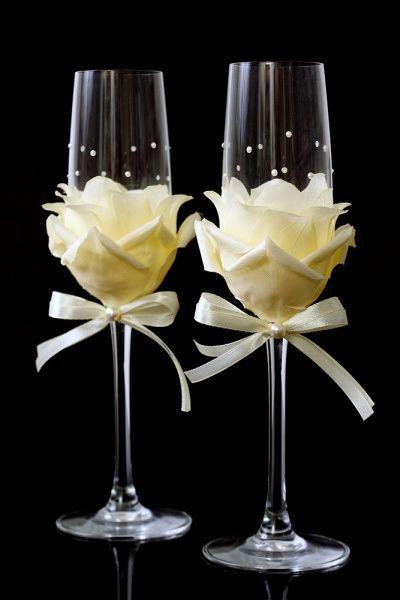 С помощью дизайнера Светы Александровой «Свадьба Нового Калининграда.Ru» покажет, как украсить свадебные бокалы своими руками.