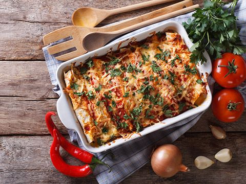 <h2>Мясная запеканка</h2> <p>Самое простое, чем можно порадовать домашних, это запеканка измяса скартошкой игрибами. Понадобится: 6картофелин, 2яйца, 2луковицы, 400г мяса, 200г грибов, 50г сметаны, соль, перец, зелень, майонез— повкусу. Отварите картошку «вмундире», остудите иочистите иразомните вилкой. Добавьте яйца исметану доконсистенции пюре. Мясо прокрутите через мясорубку. Лук нарежьте полукольцами, агрибы— тонкими пластинками. Нараскаленной сковороде обжарьте лук…