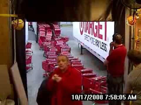 米小売りターゲットの倉庫でショッピングカート積み込み時の悲劇