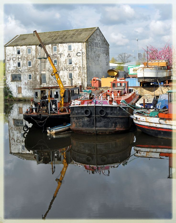 Canal boats by the Hepworth Gallery, Wakefield, West Yorkshire