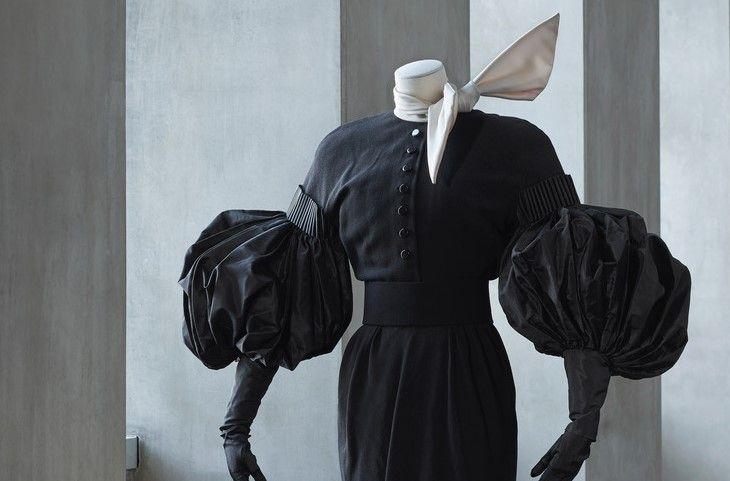 Erik Mortensen Sort sofistikeret kjole med ballonærmer og tørklæde. Balmain efterår/vinter 1986-87. Foto: Pernille Klemp