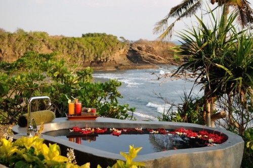 Lava stone bathtub in Bulung Daya had never been this romantic and unforgettable.