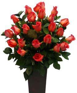 36 rosas delicadamente puestas en base metalica tipo oxido.