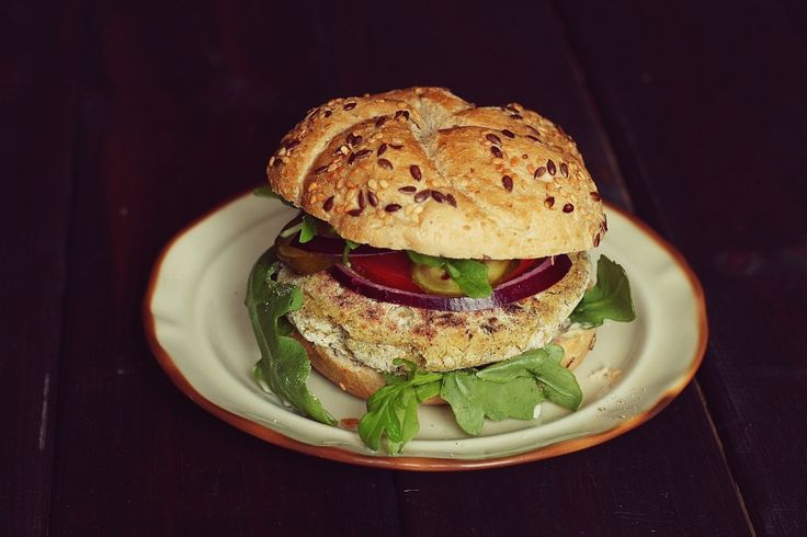 Wegetariańskie burgery - 4 przepisy (z soczewicy, z ciecierzycy, z czerwonej fasoli, z groszku zielonego)