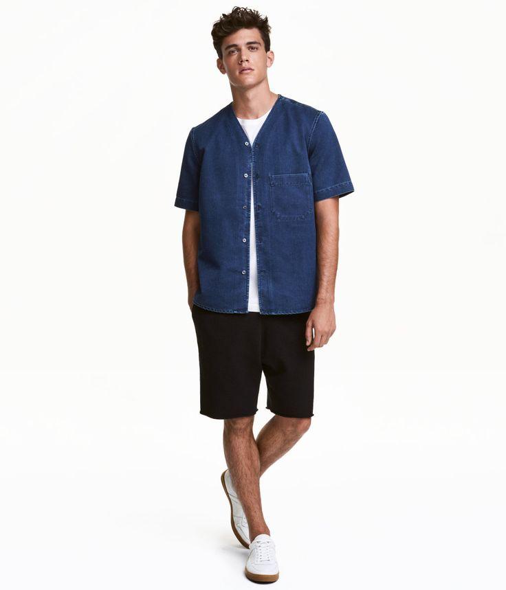 Svart. Ett par korta shorts i sweatshirtkvalitet av bomull. Shortsen har resår i midjan och sidfickor. Rå kant vid benslut.