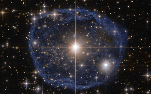 WR 31a è una stella di Wolf-Rayet fotografata assieme alla nebulosa a bolla che la circonda Una fotografia della stella WR 31a, caratterizzata dal fatto di essere circondata da una nebulosa a bolla, è stata scattata usando il telescopio spaziale Hubble. #stelle #hubble