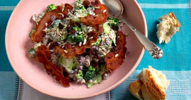 Broccolisalaten med bacon, rosiner og solsikkekerner er ved at være en nyklassiker.