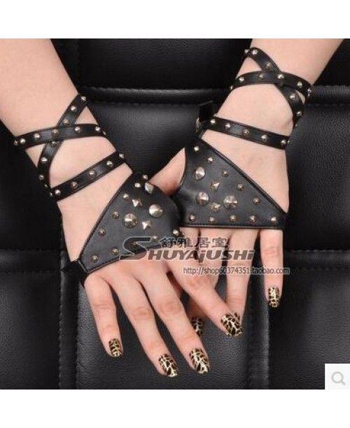 Оригинальные женские кожаные черные перчатки без пальцев с ремешками украшенными заклепками