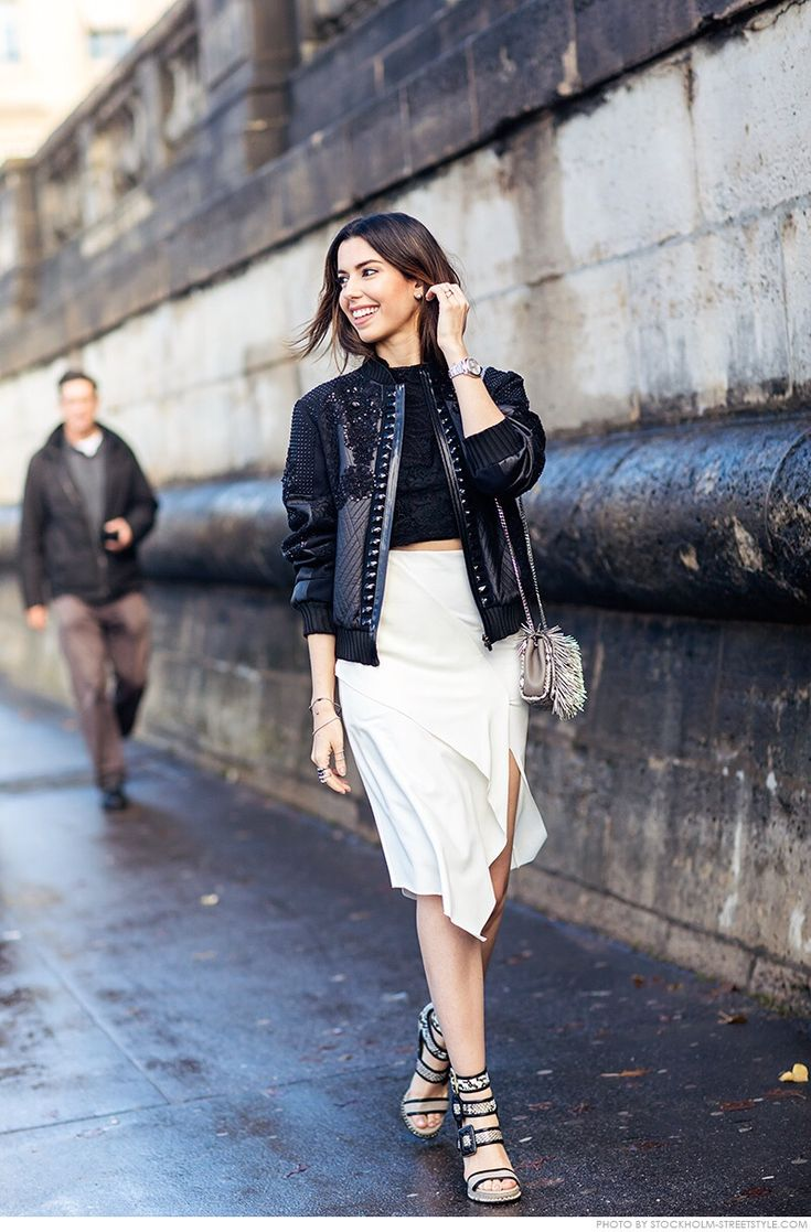 Look de Camila Coutinho na Paris Fashion Week, com jaqueta de couro bordada e acessórios com animal print Jimmy Choo.: