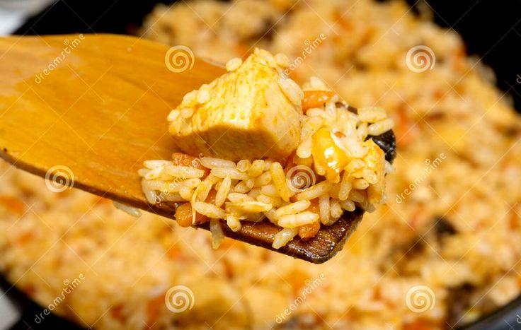 Riz poulet   Pour 5 personnes  Faire bouillir eau pour riz  - 5 sachets , 125gr/p.  Pour le poulet, 200g/p  Couper en morceaux - poivre  - ail en poudre  - kip poulet  - paprika  - cumin - tandoori  - Chili (pas bcp). Dans poêle, filet d'huile d'olive à laisser chauffer.  2min plus tard, ajouter le poulet. Ajouter dans la poêle: - persil, - ciboulette, - cumin,  quand presque cuit. Mélanger, Cuire 2-3 min
