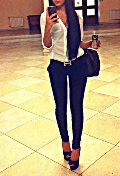 White top, black skinny jeans and pumps