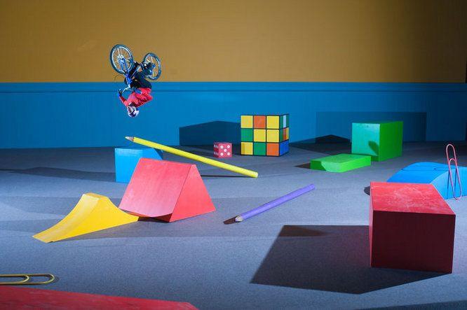 Red Bull dévoile le terrain de jeux de Danny MacAskill. Remis de ses blessures, ce pro rider effectue un parcours sur des éléments géants. 898 690 vues en seulement 48h.