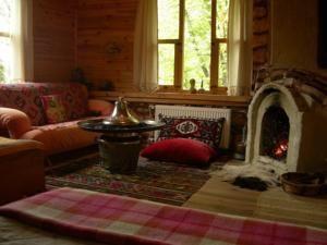 #Bolu #BoluHotels #AbantHotels - #Mudurnu - Degirmenyeri Dag Evleri - http://www.boluhotels.com/degirmenyeri-dag-evleri - Hotel Information: Address: Kilozu Koyu, 14800 Jürmeli, Mudurnu Designed to take pleasure in contact with nature, the Degirmenyeri options a big backyard and views of the forest-coated Bolu Mountains. It has an on-website restaurant and gives pet-pleasant lodging with fireplaces. ...