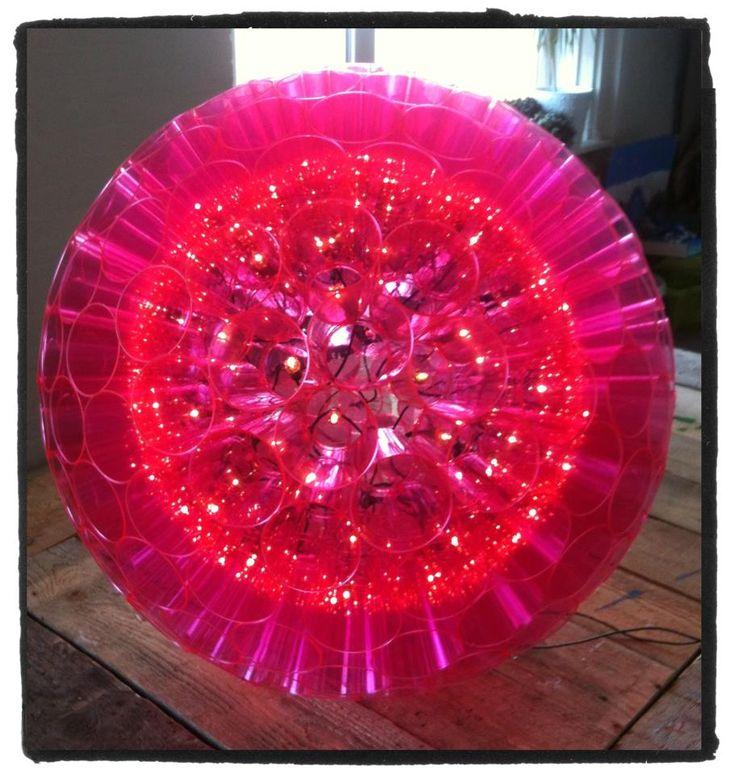 Zelf een #lamp maken van #plastic bekertjes? Dat kan. Interesse in een #workshop? Kosten zijn variabel door materiaal en vorm. Mail voor meer informatie info@stiksels.com