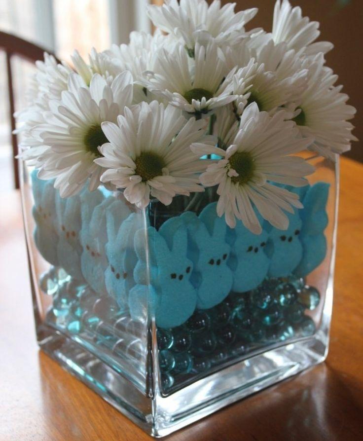 déco en pâquerettes dans un vase carré plein de lapins et billes