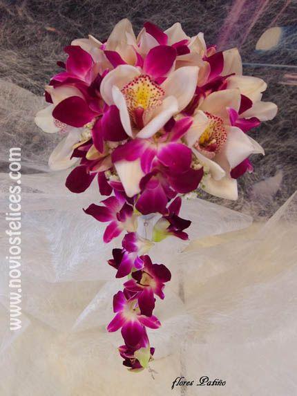Ramo de novia de orquídeas blancas y púrpura