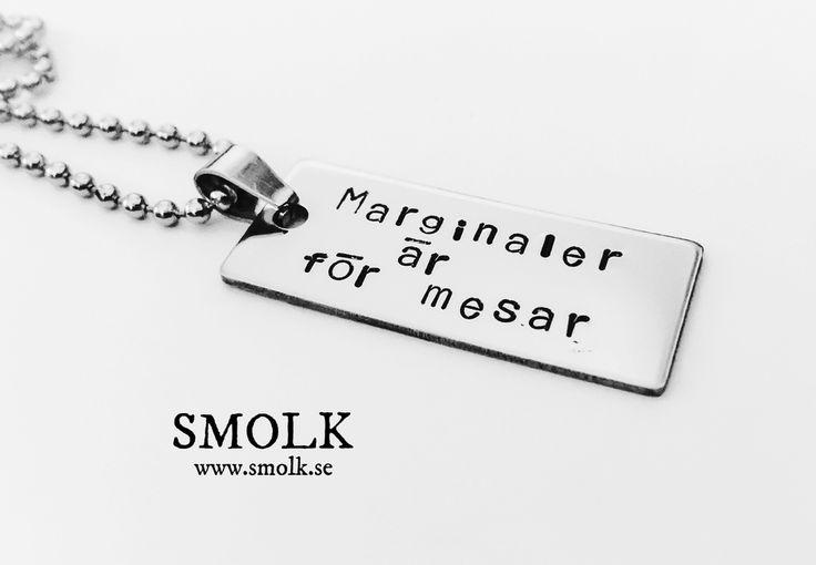 Halsband med handstansad text på bricka av rostfritt stålCitat Av Saga Nilsson; Marginaler är för mesarStorlek: 19x38 mm