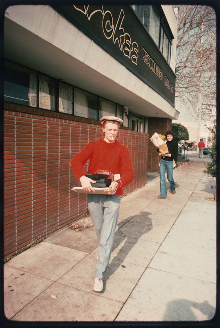David Bowie, Fairfax Ave, 1976 http://www.vogue.fr/photo/le-portfolio-de/diaporama/le-portfolio-de-brad-elterman/15071/image/817500#!8