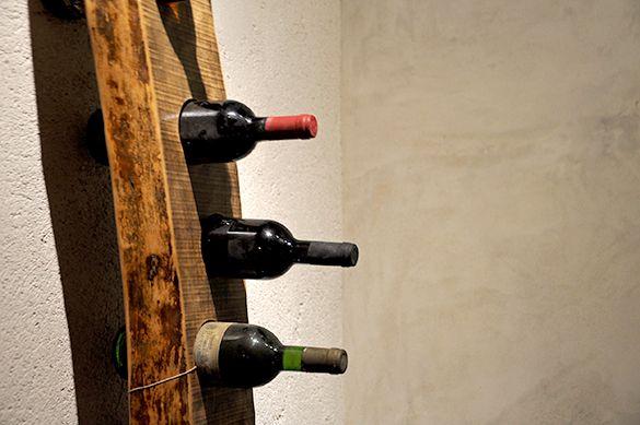 e' sicuramente uno degli oggetti di arredo più particolari, si tratta di assi in legno massello selezionate e poi forate per tenere bottiglie del SESTINI E CORTI