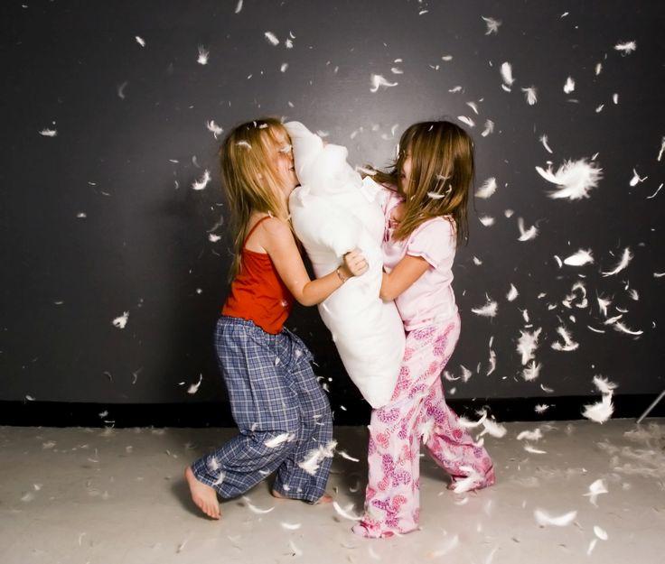 De herfstvakantie is begonnen en jawel hoor, het regent weer. Zit jij met je handen in het haar en verveelde kinderen? Dit zijn de leukste dingen om binnen te doen als het buiten regenweer is. 1. Houd een video-marathon. Weg met het beeldschermuurtje, een hele middag oude (jouw favoriete) kinderfilms kijken is leuk! 2. Lees […]