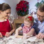 La princesa Estela aprende a hacer galletas con sus padres, los principes Victoria y Daniel de Suecia