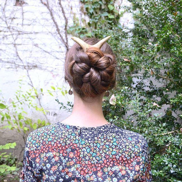 """Aujourd'hui, une autre de mes coiffures préférées: une tresse hollandaise à cinq brins hybride en chignon avec ma fourche en andouiller Furnivalsworkshop. Une de mes amies chevelues m'a donné cette astuce pour faire des chignons tressés même si les cheveux sont trop courts pour en faire un """"vrai"""" avec une tresse anglaise. Encore merci à elle   Today another of my favorite hairstyles: a dutch five strand hybrid braid into a bun with my antler hairfork from Furnivalsworkshop. A long hair…"""