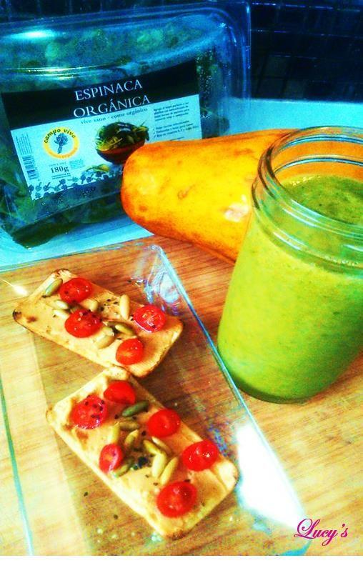 Mi desayuno un rico smoothie frutal de piña, papaya y espinacas y tostaditas deshidratadas con hummus, semillitas y tomatito.