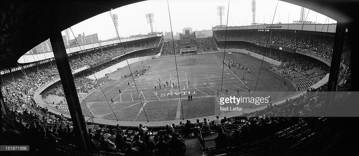 Panoramic view of New York Titans vs Dallas Texans at Polo Grounds. Neil Leifer D81812 )
