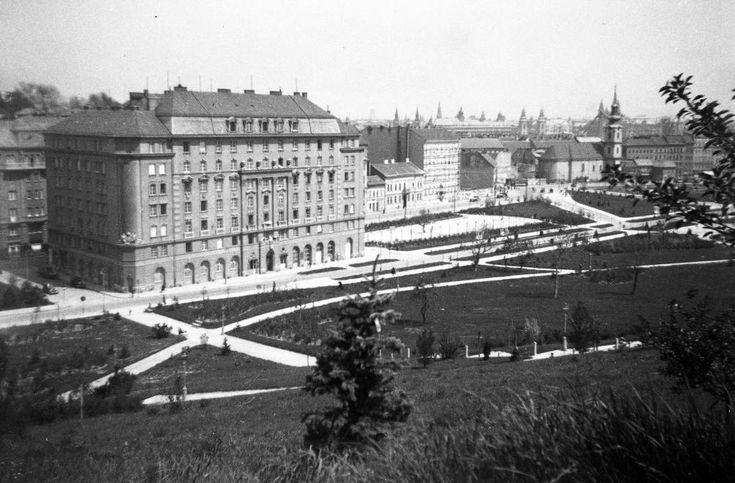 balra a Bethlen udvar, jobbra az Alexandriai Szent Katalin-plébániatemplom.