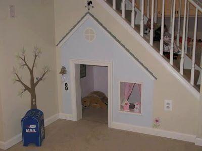 Outra ideia legal que encontrei para aproveitar o espaço embaixo da escada...
