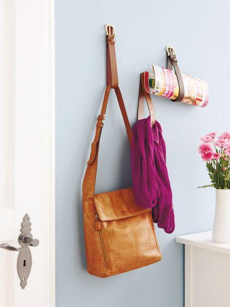 DIY-Tipp: Gürtel sind ideale Wandhalter für Taschen oder Magazine