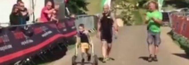 Bailey, 8 anni, colpito da paralisi cerebrale, completa la gara di triathlon: la Gran Bretagna si ferma per applaudirlo Video