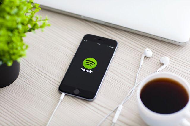 """Spotify alcanza ya los 140 millones de usuarios   La compañía sueca no reveló cuántos de esos son usuarios de paga aunque asegura que la cifra representa 50 por ciento más que hace un año.  Spotify dijo el jueves que su servicio de música enstreamingha alcanzado 140 millones de usuarios activos una cifra que representa un 50 por ciento más que hace un año.  La compañía sueca hizo el anuncio en una entrada de blog y en el marco de la celebración del Festival de Cannes Lions 2017. """"Hoy más que…"""