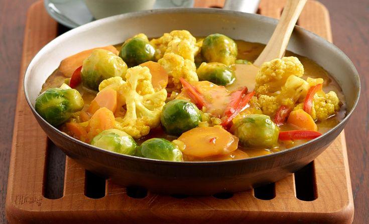 Buntes Gemüsecurry mit Joghurt:      250 g Möhren     1 rote Paprika     250 g Blumenkohlröschen     200 g Rosenkohl     1 Zwiebel (ca. 60 g)     1 Stk. frischen Ingwer (1,5 cm groß)     1/2 - 1 rote Chilischote     2 EL Öl     2 TL Kurkuma     1 TL Thai-Currypulver     1 Topf KNORR Bouillon Pur Gemüse     1 Becher Naturjoghurt (1,5 % Fett)