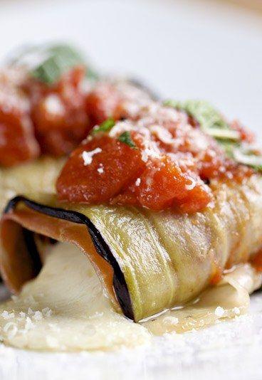 Aubergines à la mozzarella : aubergine mozza, recette d'aubergine à lla mozzarella - Aubergine: recette aubergine - les aubergines comment les cuisiner? - Miam, ces bouchées ressemblent à des cannellonis ! Attention, pour obtenir de fines tranches d'aubergines, utilisez un grand couteau bien aiguisé afin de pouvoir couper une tranche d'égale épaisseur sur toute la longueur...