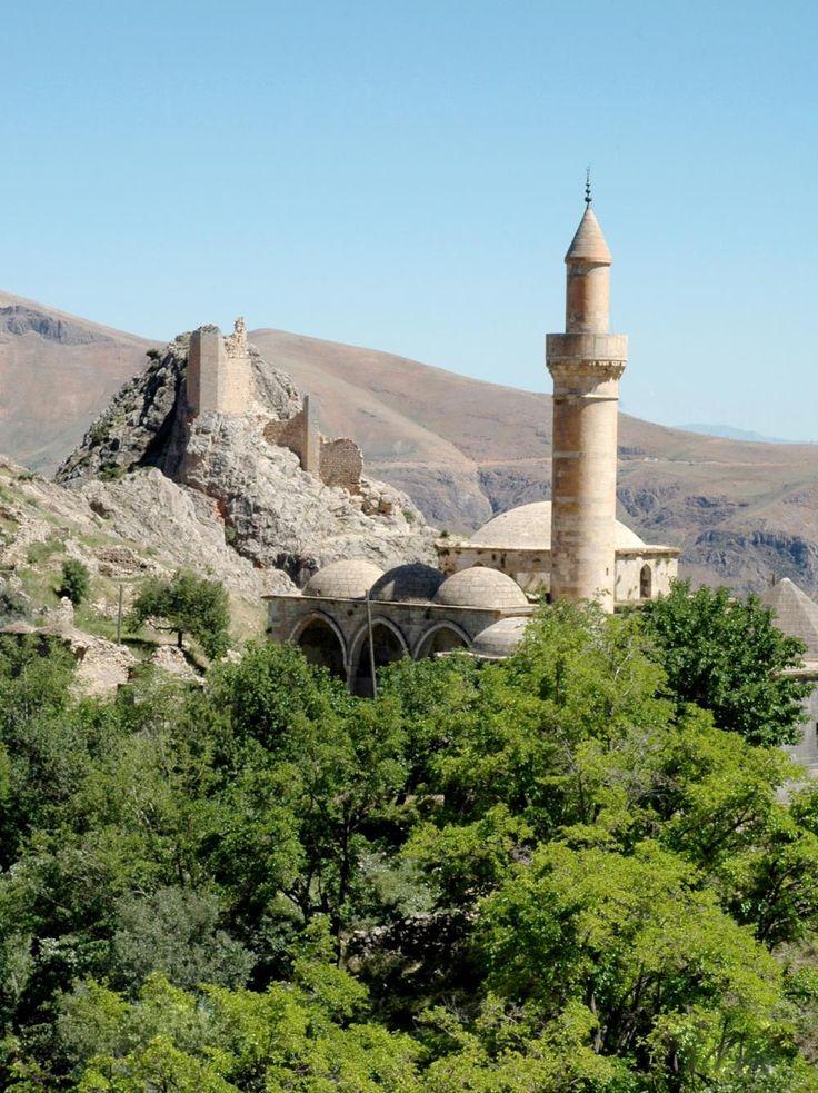 Sağman camii/Pertek/Tunceli/// Pertek'e 20 km. uzaklıkta bulunan Sağman Köyündeki camiyi,1555'te Keyhüsrev Bey'in oğlu Salih Bey'in yaptırdığı sanılmaktadır. Renkli taşlardan yapılmış taç kapıdan dörtgen planlı ve kubbeli ana mekana girilir. Sekizgen kasnağa oturan kubbenin üstü taştandır. Minareye cami dışından çıkılmaktadır.