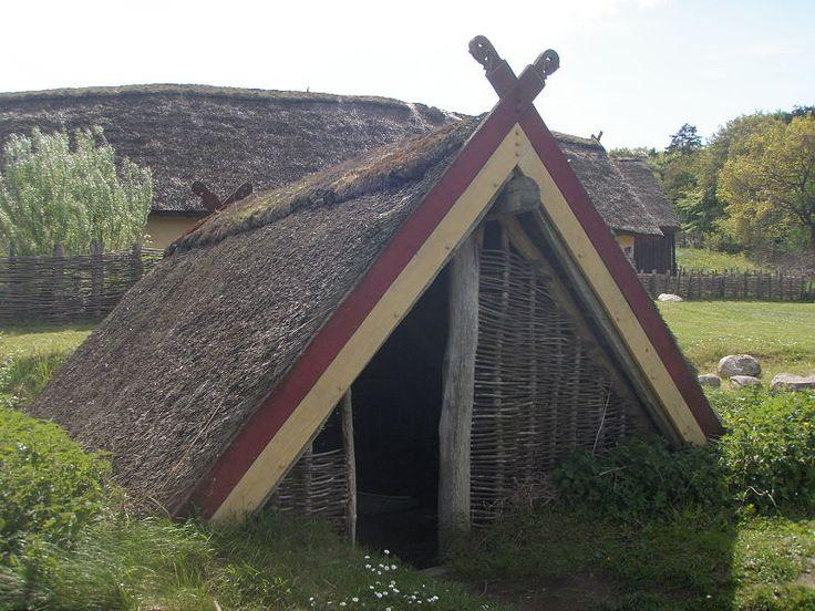 File:Hobro - Fyrkat - Vikingecenter - Grophus 1.JPG
