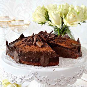 Lyxig men enkel chokladtårta som är fylld med choklad rakt igenom.