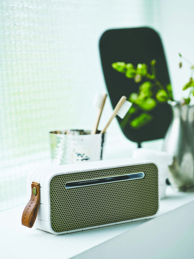 aMOVE in white from KREAFUNK is a compact, wireless speaker created in a beautiful design. Connect aMOVE with your smartphone, and you will be ready to listen to your favourite tunes. See more colours on our website.
