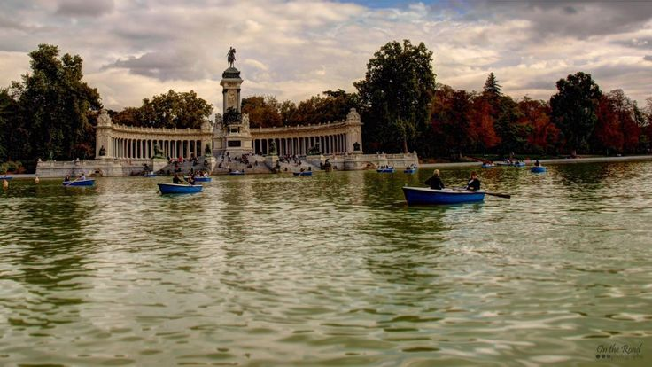 This weekend's inspiration comes from those quiet moments in the middle of a bustling city. This one in particular was on a tiny blue boat in Parque del Retiro, in the heart of Madrid. The entire city was loud and filled with life, but for a few minutes everything stood still and all I could hear were a few birds swimming around me and the faint voices of people strolling the park.