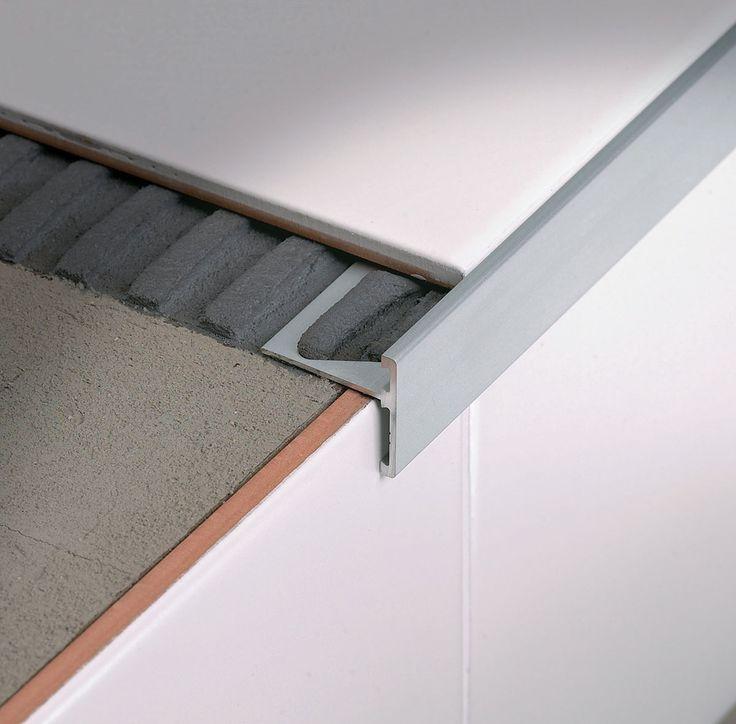 Trimtec SR è indicato per delimitare i bordi perimetrali di pavimenti in ceramica, in particolar modo dove questi coincidono con un rivestimento verticale (come ballatoi, marciapiedi rialzati, gradini delle scale).  Il dentino verticale permette di sovrapporsi all'eventuale rivestimento o strato di intonaco verniciato, nascondendo la giunzione tra i due diversi materiali ed evitando successive fessurazioni.