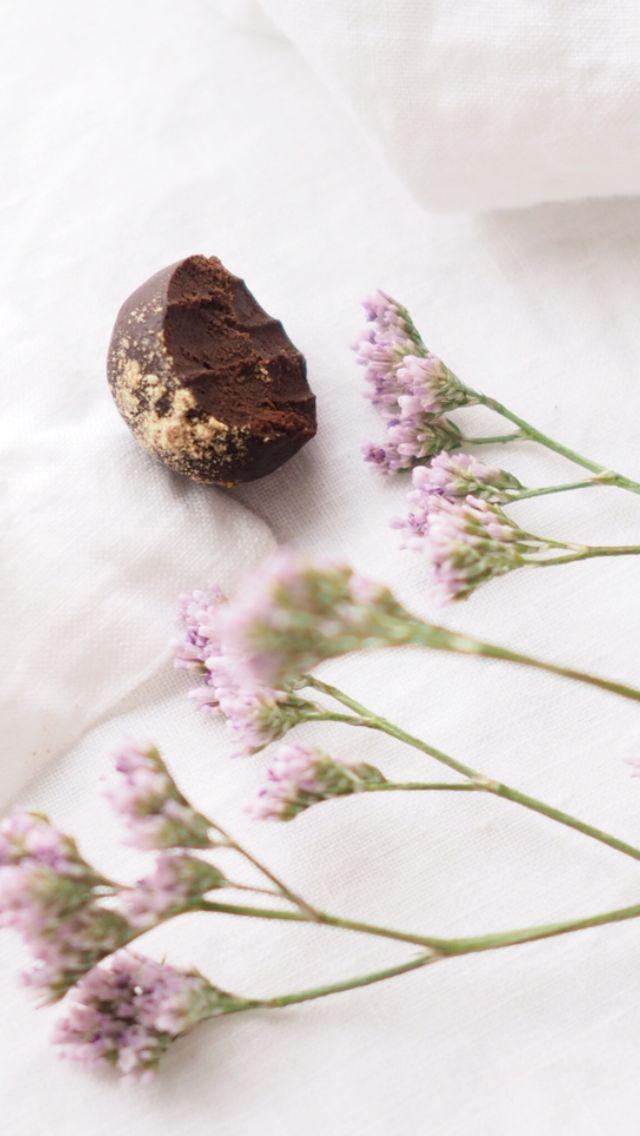 Raw and super easy chocolate balls (gluten-, sugar, nutfree and vegan)  http://blogit.kauneusjaterveys.fi/rakkaudellakarita/