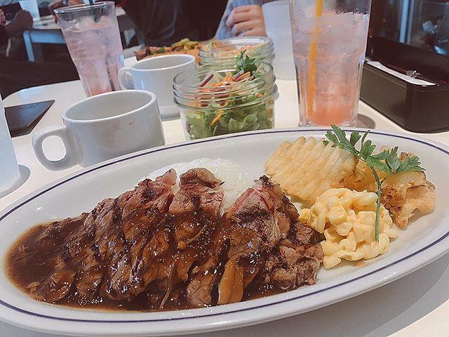 . サーロインステーキ☺️☺️☺️ . . #サーロインステーキ #ステーキ #お昼ご飯 #お昼ごはん #ランチ #お肉 #肉 #美味しい #幸せ #幕張 #千葉 #アウトレット #休日 #ピンクレモネード #japan #chiba #お買い物 . . 予想以上にお肉薄かったけど美味しかった☺️☺️✌️