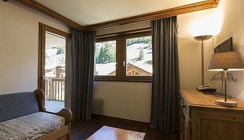 Solaise Plein Sud 2 Bedroom Apartment, Val d'Isere   living-room