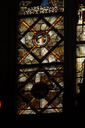 St Emilion, collégiale baie 2 du choeur, détail d'un panneau de grisaille, XIV°s- 7) LEO DROUYN, VITRAUX: Dans la fenêtre du sud, on voit 6 apôtres disposés de la même façon que dans la fenêtre du nord. Dans le haut, st André portant sa croix, st Paul son épée et st Matthieu sa lance; au-dessous, st Simon avec sa scie, st Jude avec sa massue, et st Matthias qui a pris la place de Judas: il porte une hache. Dans le bas, un édifice semblable à celui de la verrière du N; puis 2 écussons...