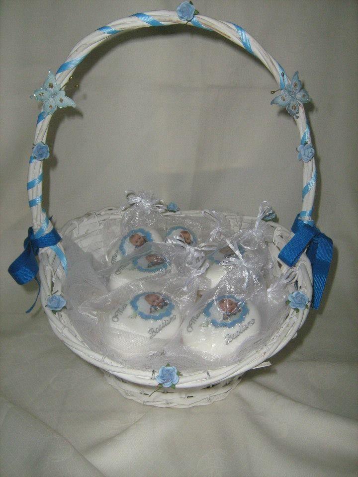 cesta com lembranças de batizado